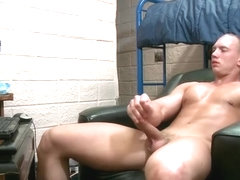 Muscled dude wanking part2