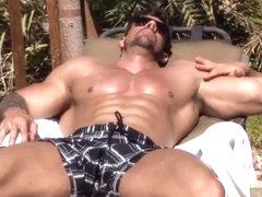 Порно с накачанным торсом на пляже