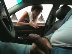 Old streetgirl gives a customer a blowjob without condom in his car
